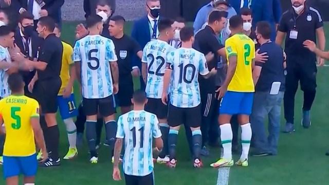 Los jugadores argentinos se retiran del campo.