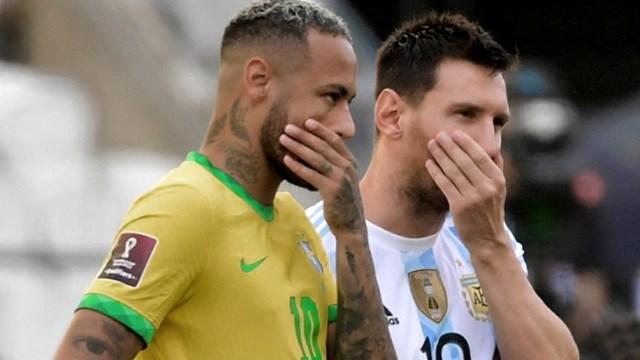 Neymar y Messi, atónitos ante la decisión.