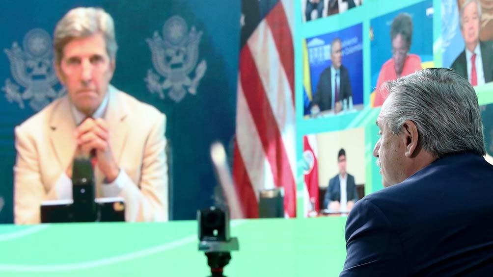 El Presidente encabeza la cumbre desde el Museo del Bicentenario.
