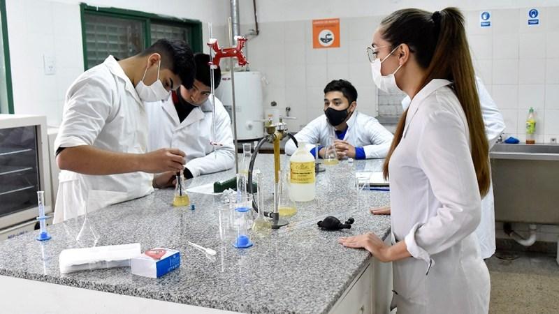Gisela Gómez enseña en el Instituto Provincial de Educación Técnica Nº 85 República de la India, en General Paz, Córdoba.