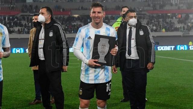Messi y el momento de festejar ante la gente en el estadio Monumental, luego de alzar la Copa América en Brasil. Foto: Ramiro Gómez