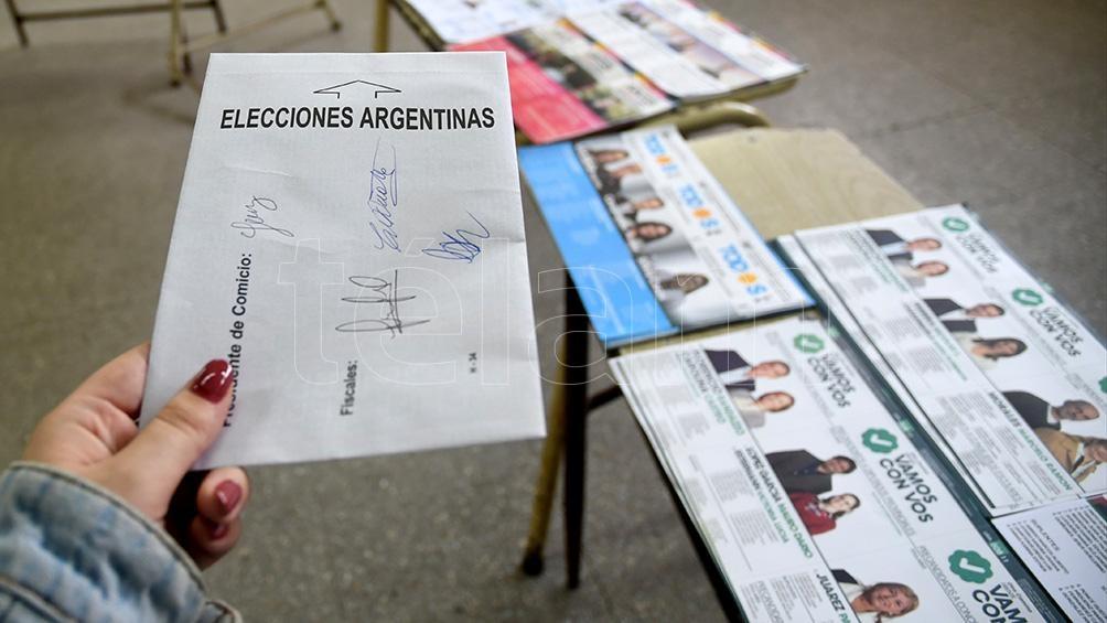 Recomiendan no salivar el sobre para cerrarlo. Foto: Godoy Camila.