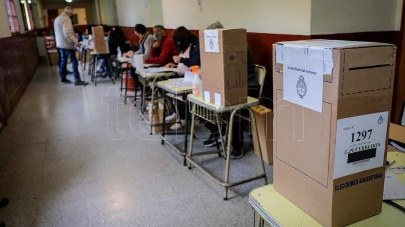 Poco antes del cierre de los comicios, la funcionaria Diana Quiodo aseguró que quienes ingresaron a los establecimientos de votación antes del horario límite podrán sufragar. (Foto: Diego Izquierdo)