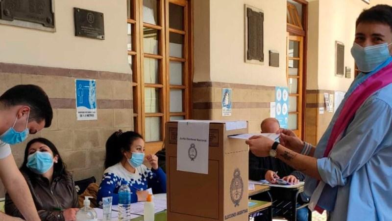 Thiago, emocionado por emitir su voto. (Foto: @thiagogalvan)