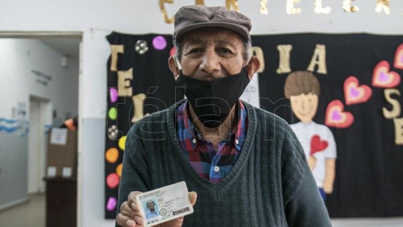 """Aunque en su DNI dice 88 años, don Electo cree que tiene unos años más porque """"me anotaron mal"""". (Foto: Emilio Rapetti)"""