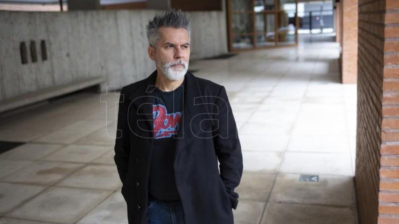 Nacido en en Buenos Aires en 1962, el escritor trabajó en el diario Clarín y la Revista Humor.