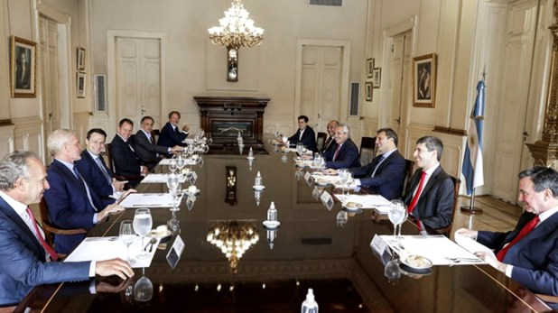 Alberto Fernández reunido con un grupo de empresarios.