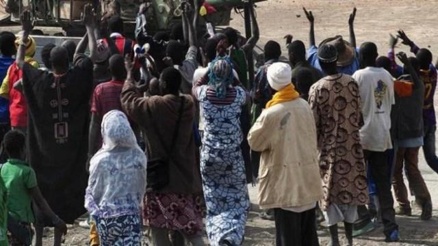 Cientos de personas se concentran en Bamako en apoyo al golpe de Estado.