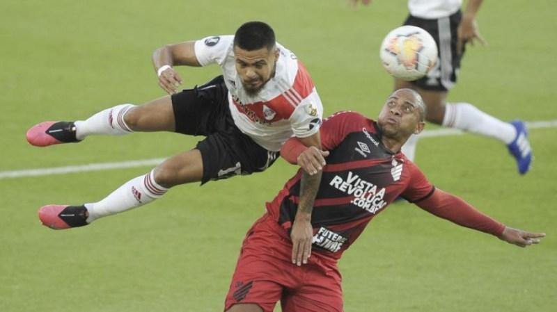 Paulo Díaz pelea una pelota en el disputado River 1 Atlético Paranaense 0.
