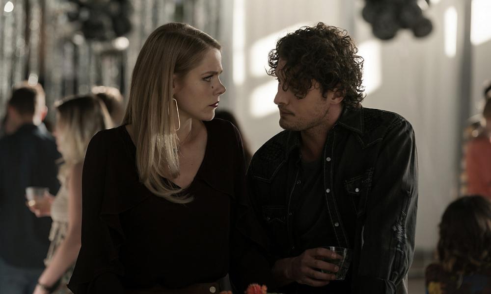 Isobel e Michael in un episodio di Roswell, New Mexico