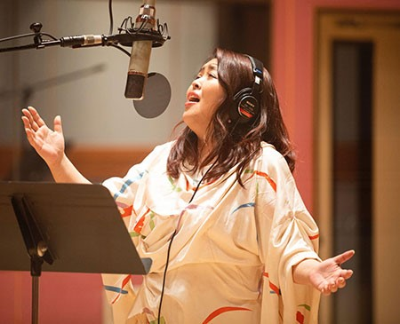 Maiko Horisawa is seen in the studio with her TELEFUNKEN ELA M251E large diaphragm condenser microphone.