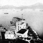 La Batteria Santa Maria subito dopo la capitolazione della piazzaforte di Gaeta. Sullo sfondo, la squadra navale che aveva operato il blocco durante l'assedio. (Foto Sevaistre - 1861)
