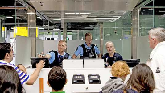 Het bekijken van paspoorten is lopendebandwerk voor marechaussees. Toch kijken ze soms vreemd op van verschillen tussen het paspoort en de toonder ervan.