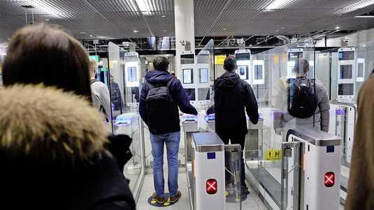 Schiphol heeft automatische paspoortscanners voor mensen die gaan boarden, niet voor mensen die het land in komen.