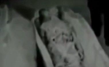 Zbulohet video e fshehtë e KGB-së ruse: Agjenti sovjetik zhvarros trupin e një jashtëtokësori në Egjipt (Video)