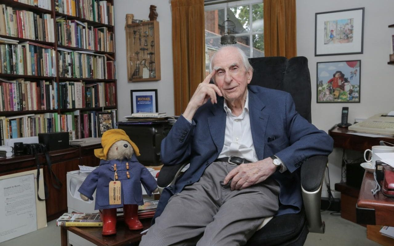 https://i2.wp.com/www.telegraph.co.uk/content/dam/men/2016/08/31/106502090_Commission_May0072045_Assigned_Portrait_of_Paddington_Bear_author_Michael_Bond_at_his_home-xlarge_trans_NvBQzQNjv4BqZgEkZX3M936N5BQK4Va8RWtT0gK_6EfZT336f62EI5U.jpg