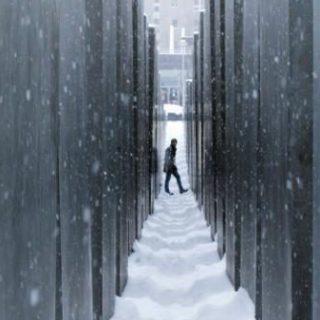 Blick auf das Holocaust-Mahnmal im Winter mit Schnee in Berlin, Deutschland