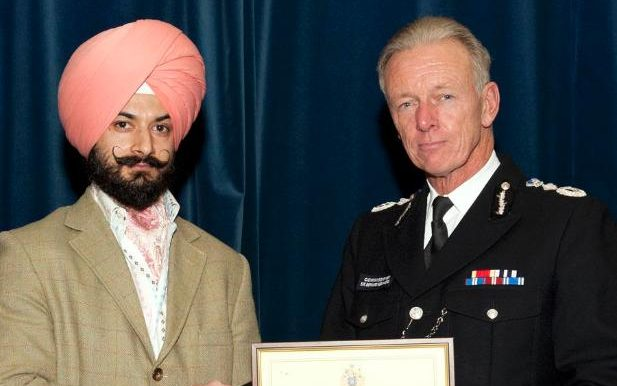 Det Sgt Palbinder Singh rwith MetCommissioner Bernard Hogan-Howe at the Metropolitan Police Service Domestic Abuse Achievement Awards 2015