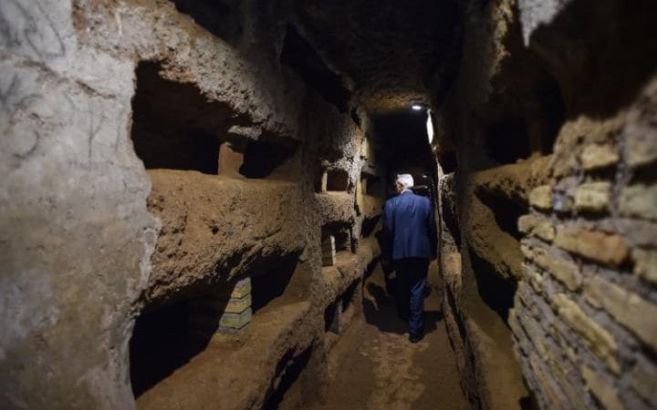 Corpses were wrapped in cloth and stored in niches in the walls of the catacombs.