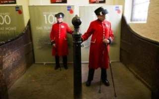 Chelsea pensioners try out the virtual reality displays of Passchendaele