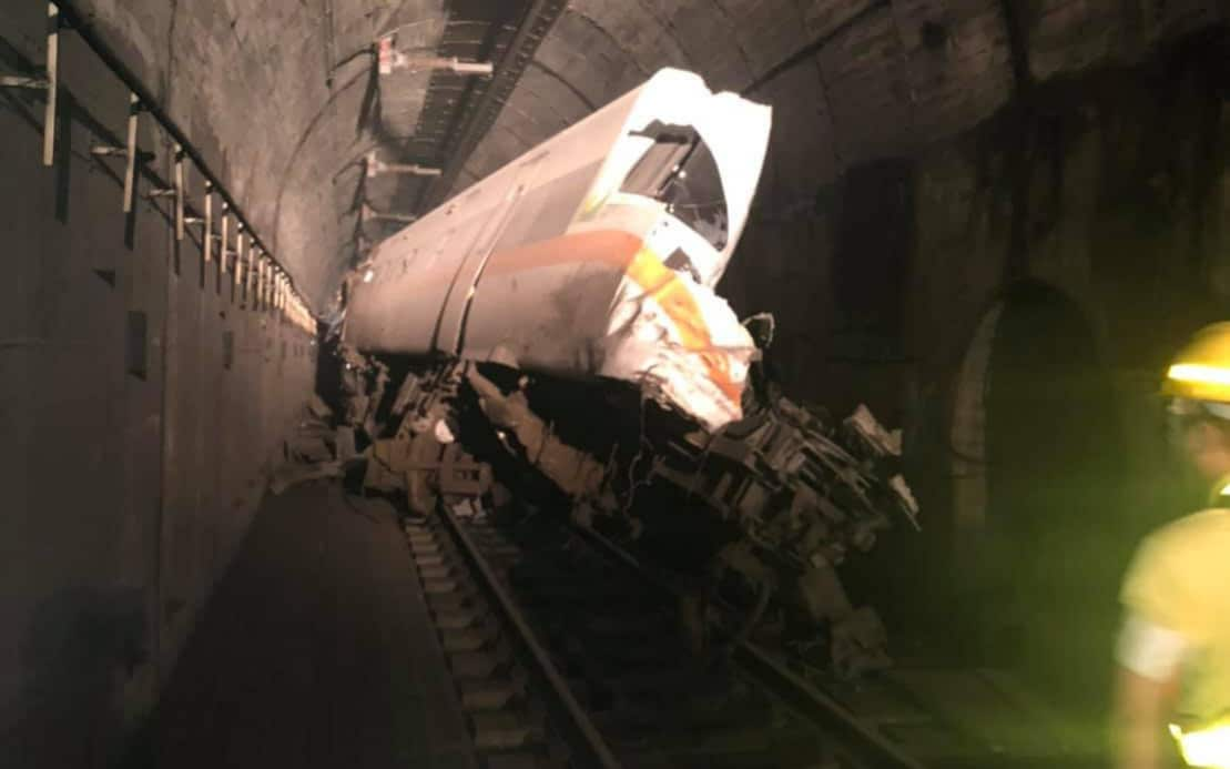 The train, travelling to Taitung, came off the rails in a tunnel just north of Hualien