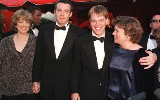 Ben Affleck andMattDamon arrive with their mothers Chris and Nancy at the Academy Awards