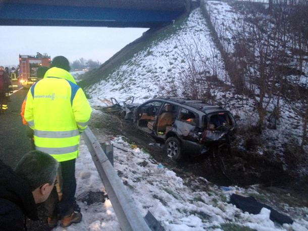 L'auto distrutta dell'incidente (foto Ansa)
