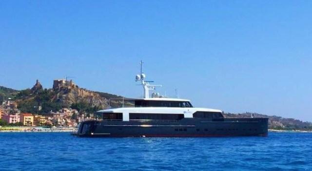 barca turisti yacht logica