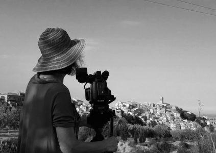 8 - la regista Imelda Bonato e Badolato borgo - foto b-n - agosto 2019