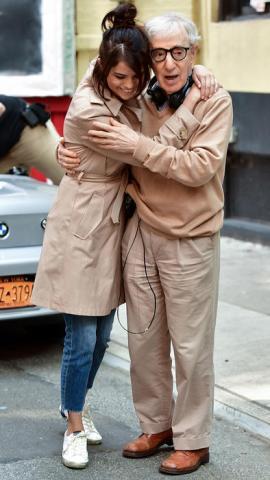Selena Gomez abrazando a Woody Allen