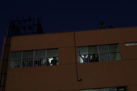 En esta imagen, tomada el 3 de octubre de 2016, migrantes haitianos miran al exterior desde las habitaciones del centro para migrantes Padre Chava en Tijuana, México.