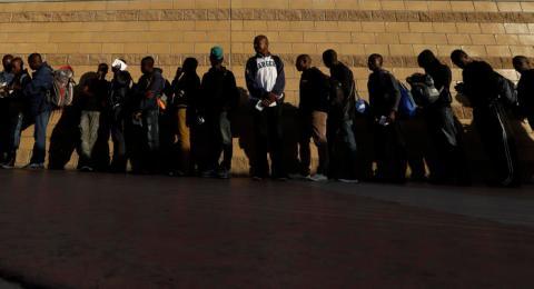 En esta imagen del 2 de septiembre de 2016, migrantes haitianos se forman a la espera de ingresar a Estados Unidos desde el cruce fronterizo de Tijuana, México.