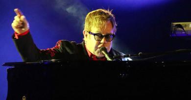 """Elton John interrompe il concerto: """"Ho la polmonite"""""""