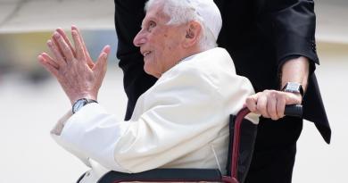 """""""Papa Ratzinger ha grave infezione al viso"""""""