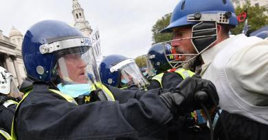 In piazza contro lockdown, scontri con polizia a Londra