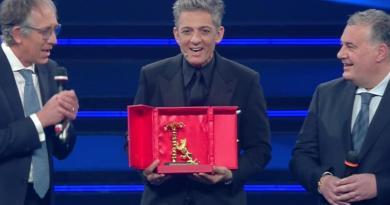 """Sanremo 2021, Amadeus premia Fiorello: """"Senza di lui niente Festival"""""""