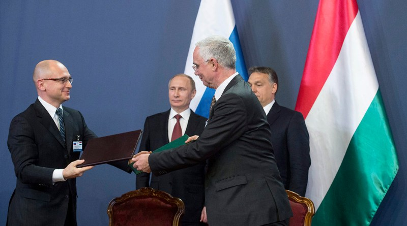 Balog Zoltán, az emberi erőforrások minisztere (j) és Szergej Kirijenko, a Roszatom állami atomenergiai vállalat vezetője kicserélik a dokumentumot, miután együttműködési szándéknyilatkozatot írtak alá a Parlament Delegációs termében 2015. február 17-én. A háttérben Orbán Viktor miniszterelnök (j) és Vlagyimir Putyin orosz elnök (b). A szándéknyilatkozat alapján a két fél oktatási, képzési és tudományos területeken is együttműködik az atomenergia békés célú felhasználásának területén. MTI Fotó: Koszticsák Szilárd