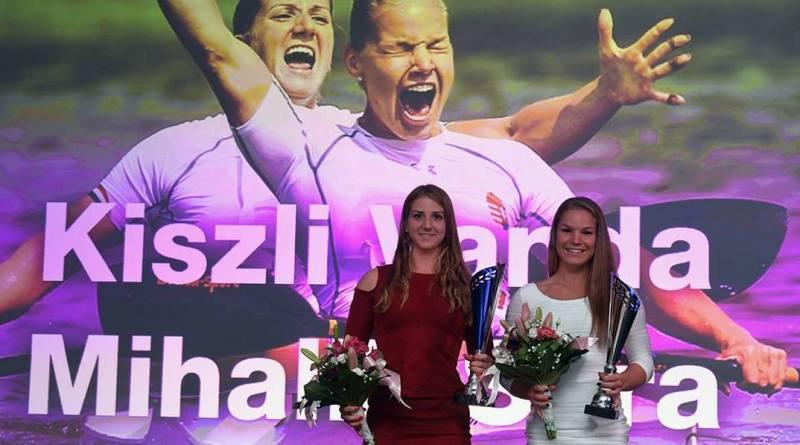 Kiszli Vanda és Mihalik Sára az Év női kajakosa díj átvételekor. Fotó: Magyar Kajak-Kenu Szövetség Facebook-oldala.