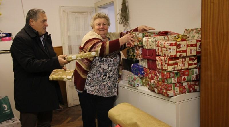 A Segítők háza osztja ki az ajándékok egy részét. Fotó: Vida Tünde