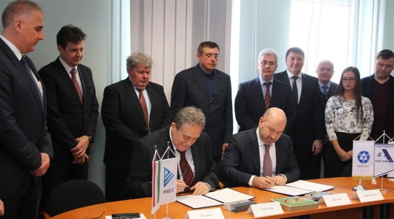 A területátadásról szóló dokumentum aláírása. Fotó : Vida Tünde/MTI