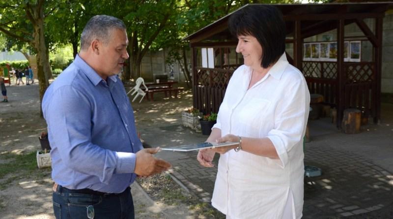 Kovács Sándor alpolgármester átadja az oklevelet Jantnerné Oláh Ilona tagóvoda vezetőnek. Fotó: Szaffenauer Ferenc/Paksi Hírnök
