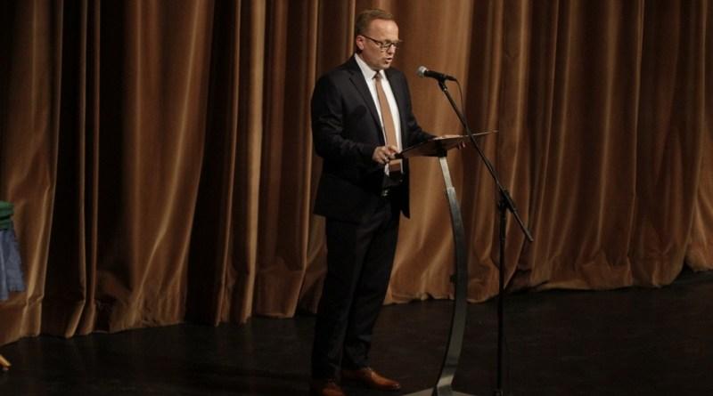 Szabó Péter, Paks polgármestere beszédet mond a pedagógus napi városi ünnepségen. Fotó: Molnár Gyula/Paksi Hírnök
