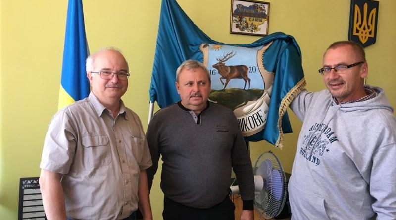 A fotón Barnabás István, Paks alpolgármestere (b.), Hajovics Jaroszlav, Visk polgármestere (középen) és Áldozó Tamás, Pápa polgármestere (j.) a viski városi zászló előtt. Fotó: magánarchívum