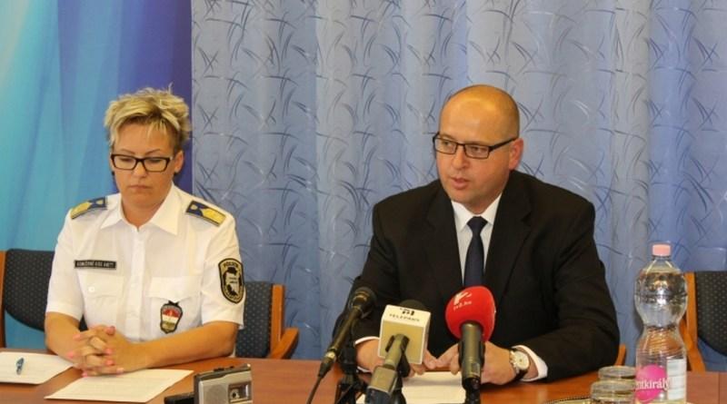 Szabó Zoltán r. alezredes, megbízott bűnügyi rendőrfőkapitány-helyettes tájékoztatja a média képviselőit az ügyről. Fotó: www.police.hu