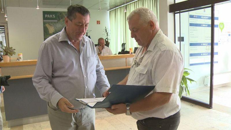 Ulbert Sándor (j.) átadja az ajánlóíveket dr. Blazsek Balázsnak (b.). Fotó: TelePaks