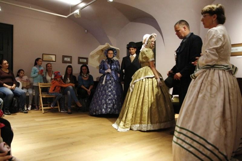 Az 1800-as évek divatját ismerhették meg az érdeklődők a családi napon tartott divatbemutatón. Fotó: Molnár Gyula/Paksi Hírnök