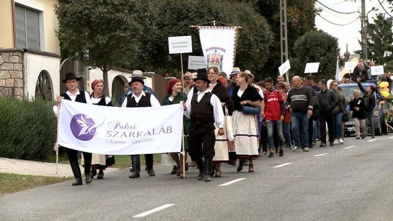 Idén először gyalogos felvonulók is voltak a szüreti menetben. Fotó: TelePaks