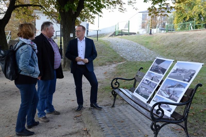 Sajtótájékoztatót tart az elképzelésekről Szabó Péter, Paks polgármestere (j.) és Klenk Csaba építész (k.). Fotó: TelePaks