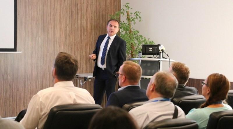 Cziczer János, a Paks II. Atomerőmű Zrt. üzemeltetési igazgatója előadást tart a TEIT Napon. Fotó: Paks II. Zrt.