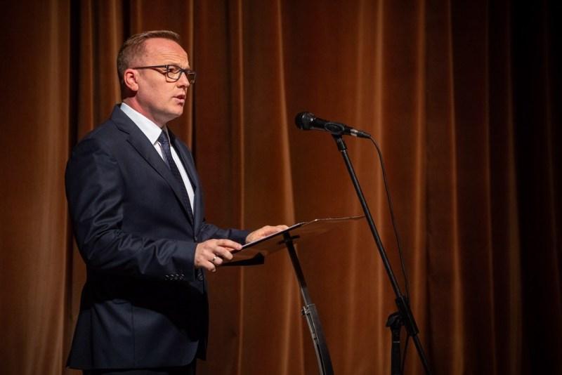 Szabó Péter, Paks polgármestere beszédet mond az október 23-i városi megemlékezésen a Csengey Dénes Kulturális Központban. Fotó: Babai István/Paksi Polgármesteri Hivatal
